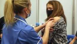 Absolvovať druhú dávku? Problémové prípady po prvej dávke vakcíny by mal posúdiť lekár