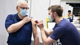 Sprievod na očkovanie sa musí vopred zaregistrovať, dostane rovnakú vakcínu ako senior