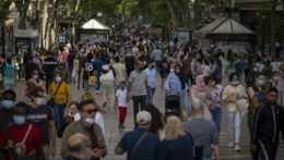 V Barcelone sa po uvoľnení opatrení zabávali tisíce ľudí. Polícia davy rozohnala