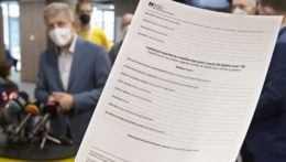 Vydávanie očkovacích certifikátov viazne. Mnohí majú problém sa k nim dostať