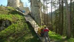 Blatnický hrad v Turci opravujú nezamestnaní aj bez nároku na mzdu