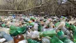 V meandroch Hrona končia tony odpadu
