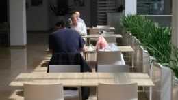 Otvorené reštaurácie aj viac ľudí na svadbách či oslavách. Väčšina Slovenska je oranžová (+mapa)