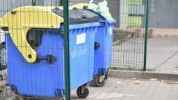 Na ilustračnej snímke smetné nádoby v Trnave.