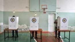 Hlasujúci počas volieb za plentou.