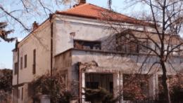 Na snímke chátrajúca vila pred zbúraním.