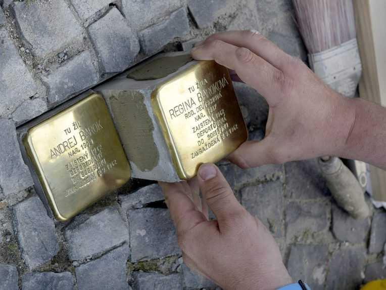 Miznúcich susedov pripomínajú pamätné kamene. Prvé pribudli aj v Banskej Štiavnici