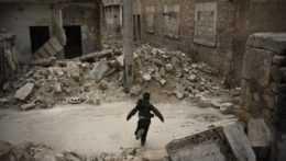Trosky zničených budov v Idlibe.