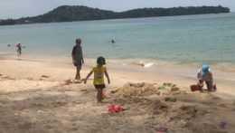 Turisti na pláži v Thajsku.