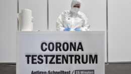 Testovacie centrum na covid v priestoroch výstaviska v Nemecku.