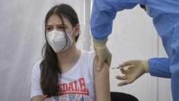 Mladé dievča na očkovaní proti covidu.