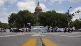 Na ilustračnej snímke skupina demonštrantov v Austine, hlavnom meste Texasu.