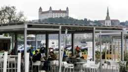 Pohľad na Bratislavský hrad z mestskej pláži na Tyršovom nábreží v Bratislave.