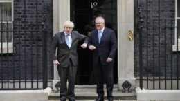 Britský premiér Boris Johnson a austrálsky predseda vlády Scott Morrison.