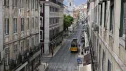 Električka v centre Lisabonu.