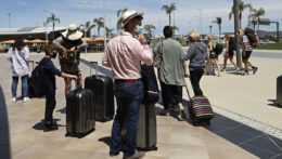 Britskí turisti čakajú pred letiskom v meste Faro, ktoré je centrom turistického regiónu Algarve na juhu Portugalska v pondelok 17. mája 2021.