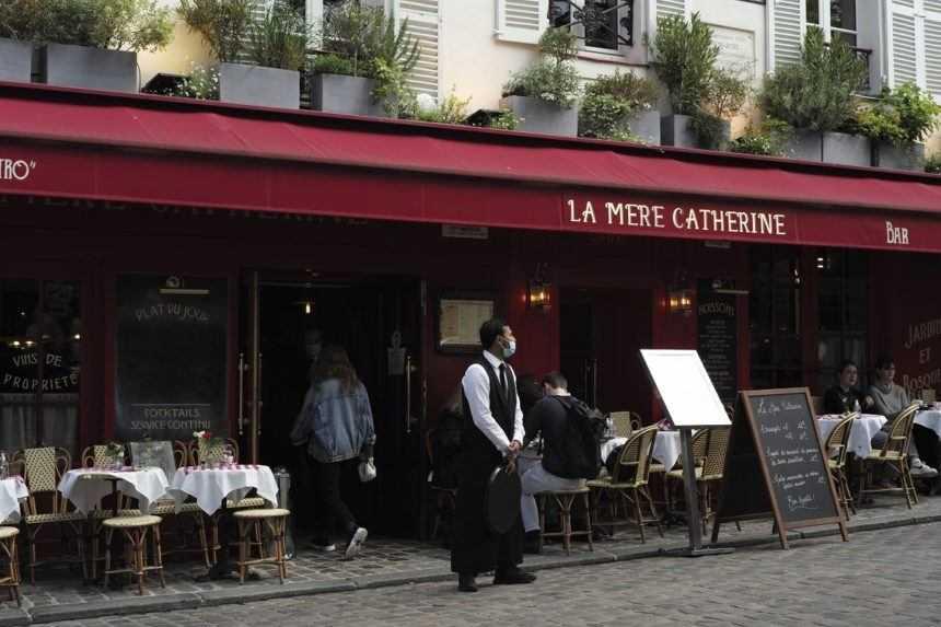 Vo Francúzsku sa po novom musia covidovými pasmi preukazovať i zamestnanci
