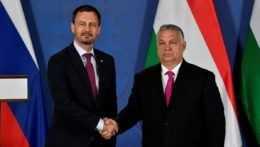Predseda vlády SR Eduard Heger (vľavo) a maďarský premiér Viktor Orbán (vpravo) si podávajú ruky počas stretnutia v Budapešti.