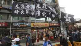 Na archívnej snímke demonštranti protestujú proti zatknutiu hongkongského mediálneho magnáta Jimmyho Laia v Hongkongu počas protestného zhromaždenia pred čínskym veľvyslanectvom v Soule 11. augusta 2020