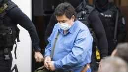 Na ilustračnej snímke Marián Kočner prichádza v sprievode eskorty na verejné zasadnutie na Najvyššom súde SR v kauze vraždy Jána Kuciaka a jeho snúbenice Martiny Kušnírovej v Bratislave 15. júna 2021.