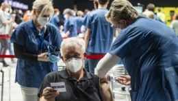Očkovanie muža vo veľkokapacitnom centre.