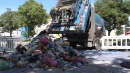 Námestie v Handlovej zaplnila hromada komunálneho odpadu