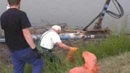 Na hladine vodnej nádrže pri Mochovciach sa hromadia kopy odpadu