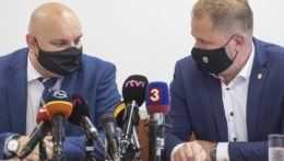 Na snímke vľavo riaditeľ odboru ekonomickej kriminality Ondrej Repa a vpravo prezident Finančnej správy SR Jiří Žežulka.
