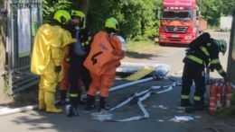 Hasiči zasahujúci pri úniku chemikálií v Plzni.