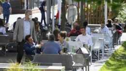 Zákazníci na terase reštaurácie.