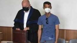 V kauze policajnej razie v osade ostáva obžalovanou už len jedna osoba