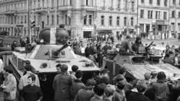 Na archívnej snímke z 21. augusta 1968 sovietsky tank a obrnené vozidlo smerujú do centra Prahy počas vpádu vojsk Varšavskej zmluvy do Československa.