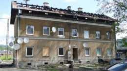 Obyvatelia vyhorenej bytovky v Žiline už majú náhradné ubytovanie. Spokojní nie sú