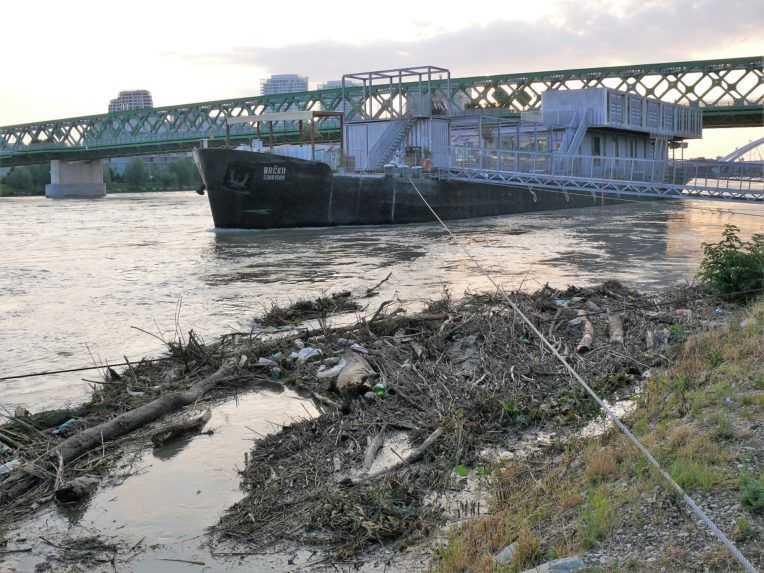Hladina Dunaja v Bratislave postupne klesá, najvyššia bola nadránom