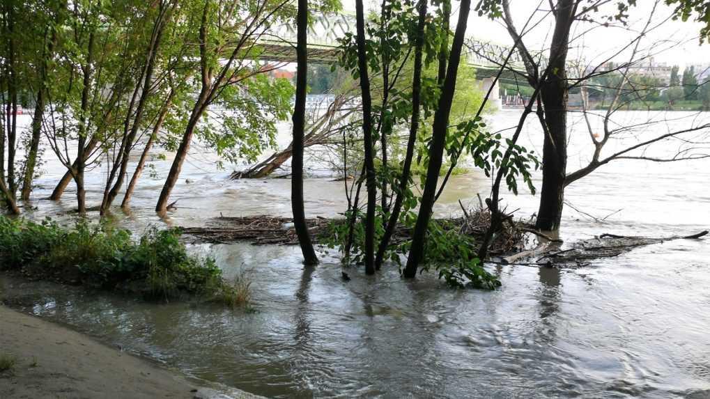 Hladina Dunaja v Bratislave vystúpila na takmer sedem metrov