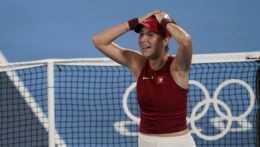 Belinda Benčičová sa teší z víťazstva.