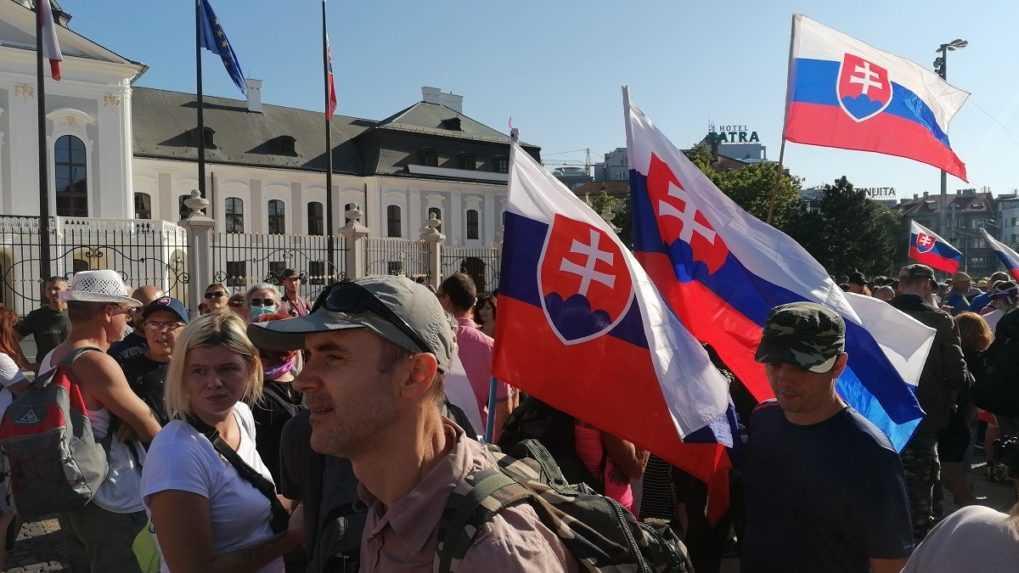Dav pred Prezidentským palácom sa pohol, blokuje cestu v centre Bratislavy