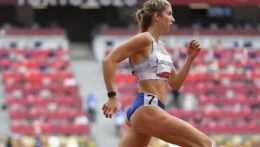Ema Zapletalová v behu na 400 metrov cez prekážky.