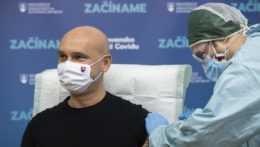 Branislav Gröhling dostáva vakcínu proti ochoreniu COVID-19.
