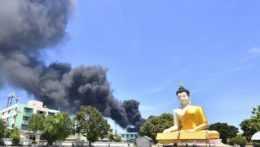 Dym stúpa po výbuchu vo fabrike na predmestí Bangkoku.