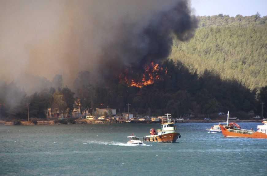 Európu sužujú požiare. V Turecku evakuujú tisíce turistov