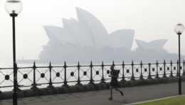 Bežec pred budovou opery v Sydney.