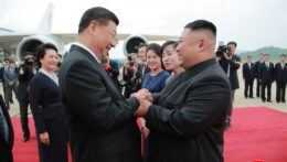 Kim Čong-un a Si Ťin-pching si podávajú ruky