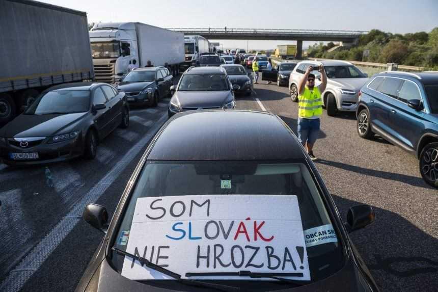 Kolóny áut pred hraničným priechodom.