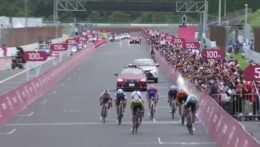 Cyklisti pri príchode do cieľa.
