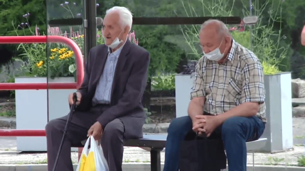 Trinásty dôchodok z biedy nevytrhne, pomoc musí byť adresnejšia, tvrdia odborníci