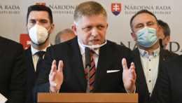 Na snímke predseda strany Smer-SD Robert Fico (uprostred).