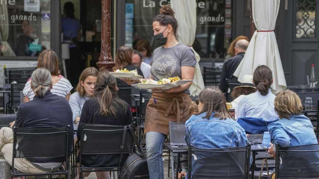 Francúzsko zavádza povinné preukazy pri vstupoch do kaviarní či reštaurácií