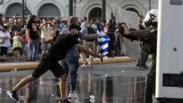 Demonštranti v Aténach.