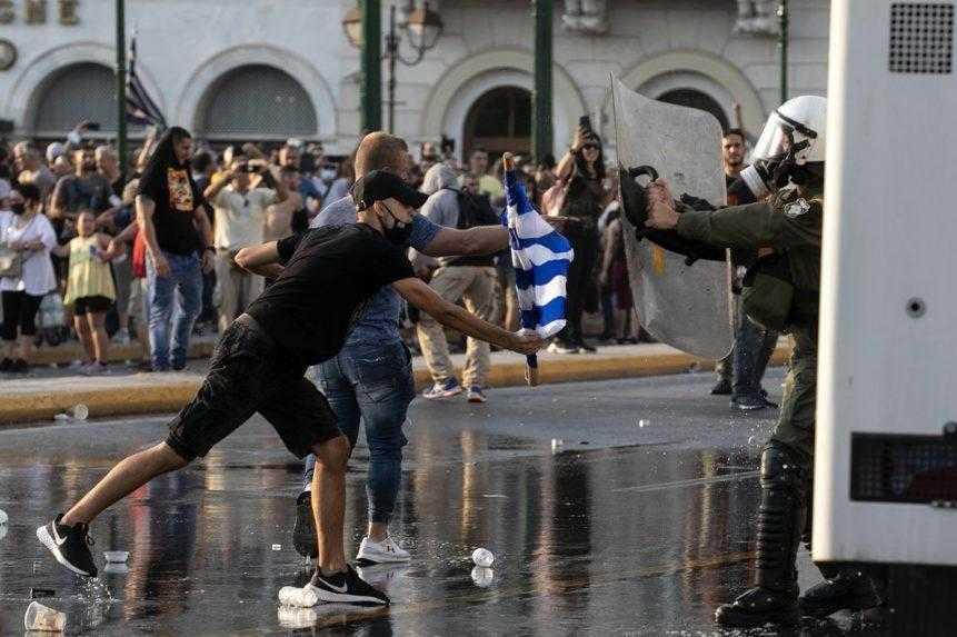 Vodné delá aj slzný plyn. V Grécku protestovali proti povinnému očkovaniu